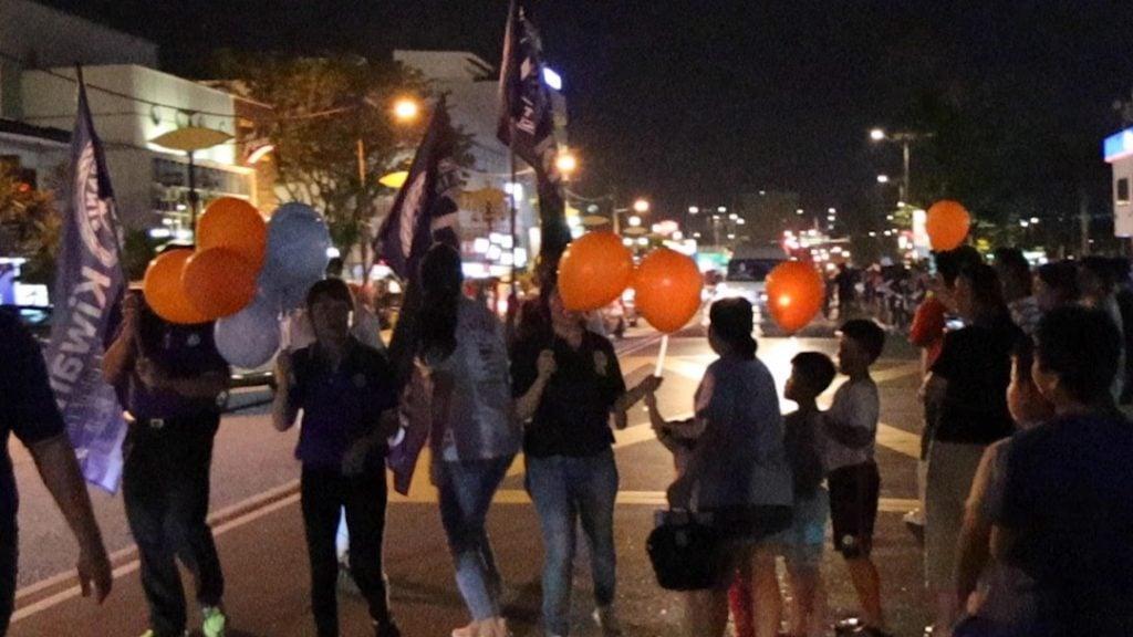 Kiwanis distribute balloon during parade at omgloh.com